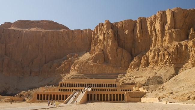 Скалы песочного цвета