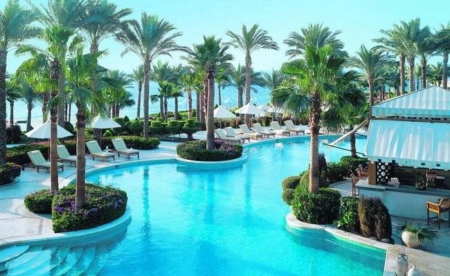Пальмы в бассейне