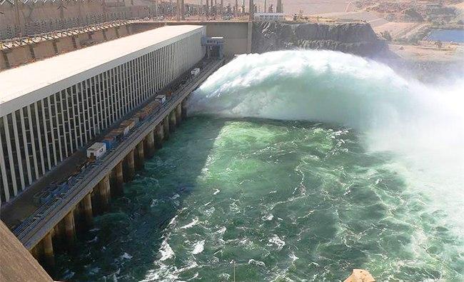 Мощная струя воды