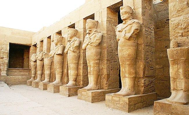 Ряд статуй