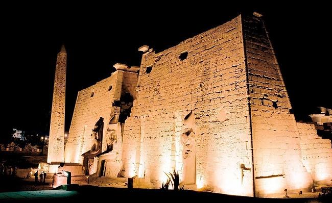 Древнее здание ночью