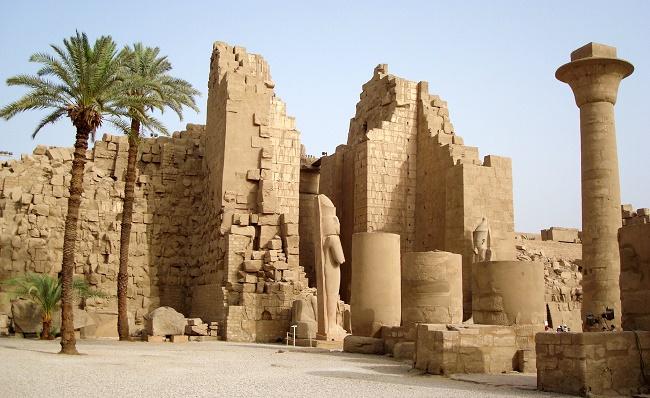 Две пальмы возле руин