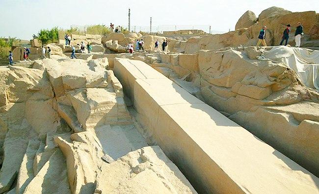 Каменная плита в скале