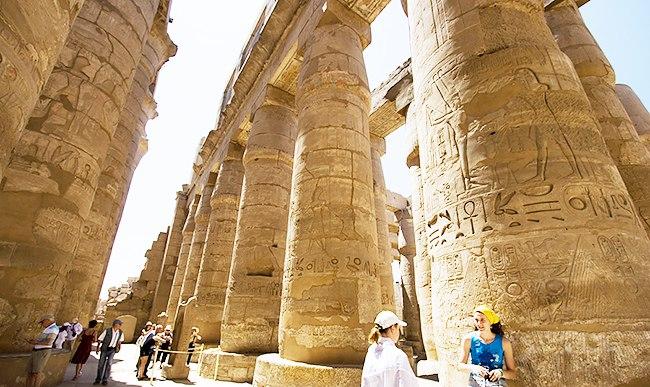 Туристы среди колонн