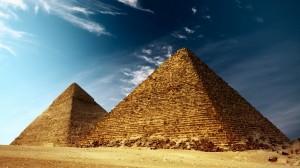 Темное небо над пирамидами