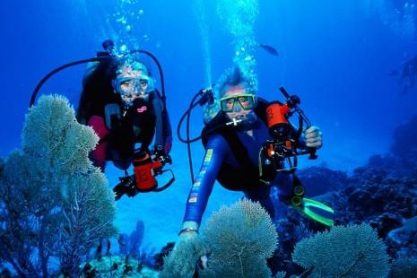Два человека под водой