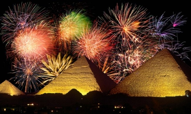 Фейерверк за пирамидами