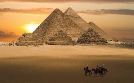 Закат над пирамидами